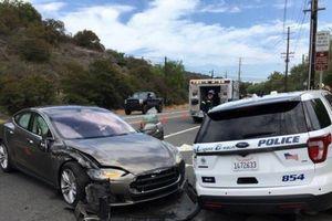 Xe tự hành tông xe cảnh sát ở Mỹ