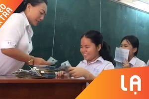 Cô giáo 'thưởng nóng' cho học sinh thi đạt điểm