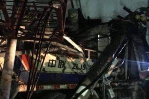 Hải Phòng: Xe bê tông đâm sập trạm biến áp khiến cả huyện đảo bị mất điện
