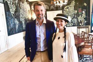 Hồng Nhung tặng món quà bất ngờ khi diện kiến Hoàng thái tử Đan Mạch