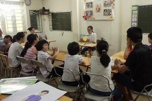 Nữ sinh trường Amsterdam - Hà Nội 2 năm miệt mài dạy kỹ năng cho các em nhỏ khuyết tật