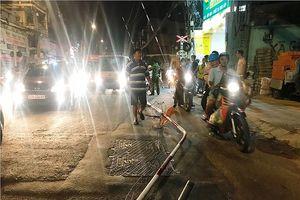 Ô tô húc văng thanh chắn tàu hỏa, đường Phạm Văn Đồng tê liệt