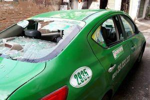 Tài xế taxi Mai Linh bị người đàn ông đập vỡ kính ô tô khi đón khách