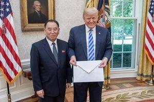 Kim Jong Un gửi phong thư khổng lồ cho ông Trump
