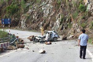 Đá lăn đè nát một ôtô 4 chỗ khiến tài xế tử vong