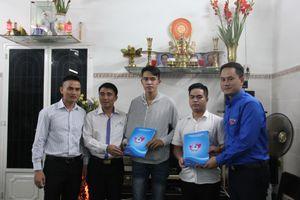 T.Ư Hội LHTN Việt Nam tặng quà cho 'hiệp sĩ đường phố'