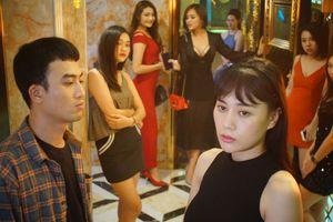 Đạo diễn phim 'Quỳnh búp bê' muốn diễn viên nói chuyện với người thân về 'cảnh nóng'