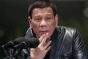 Bị chỉ trích vì hôn môi nữ khán giả khi phát biểu, Tổng thống Philippines dọa từ chức