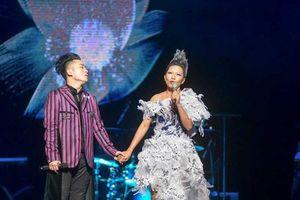 'Bộ tứ sông Hồng' làm Tùng Dương bật khóc trên sân khấu