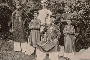 Vua triều Nguyễn khổ vì 'sống như hình nộm' theo luật tục