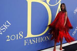 Vừa về từ Việt Nam, Naomi Campbell đã nhận giải biểu tượng thời trang Mỹ