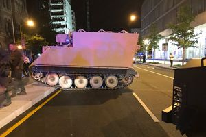 Binh sĩ trộm xe bọc thép, bị cảnh sát rượt 2 tiếng trên đường
