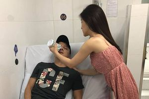 Hương Tràm chăm sóc Cao Thái Sơn sau cuộc phẫu thuật vỡ mạch máu mũi