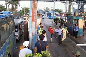 Lái xe hung hăng dùng dao chặt barie, đuổi đánh nhân viên BOT Tân Đệ