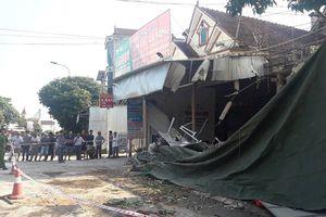 Xe đầu kéo lao vào nhà dân, hàng chục người thoát nạn