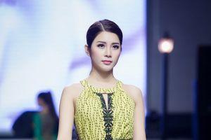 Á hậu Yan My trở lại sàn catwalk với thời trang bay bổng