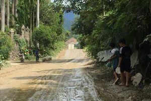 Thi công cao tốc La Sơn - Túy Loan, người dân sống chung với nắng bụi, mưa lầy