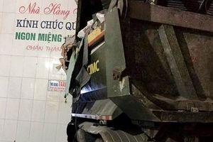 Xe tải lao vào ba cửa hàng, nhiều người bên trong hốt hoảng