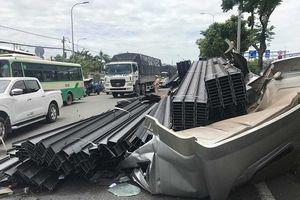 Cabin xe container bị hàng chục tấn thép đè bẹp sau cú phanh gấp