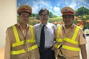 Thầy giáo người Nhật Bản cảm ơn sự giúp đỡ của các chiến sỹ CSGT Hà Nội khi đi lạc trên cao tốc