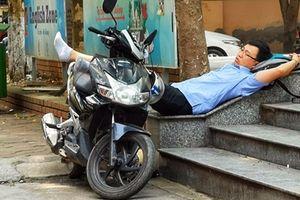 Chờ con thi cấp 2, phụ huynh ngủ ngay bậc thềm trường thi