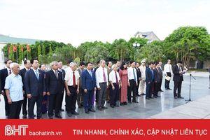 Đoàn đại biểu Hà Tĩnh dâng hương, báo công với Bác Hồ