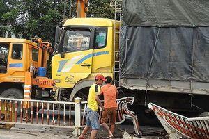 Xe tải mất lái 'cày' hơn 20 m dải phân cách