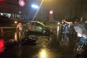 Phóng xe máy tốc độ cao đối đầu taxi trong mưa, 2 thanh niên nguy kịch