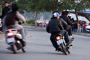 Cố tình gạt chân chống xe tóe lửa trên đường sẽ bị phạt nặng