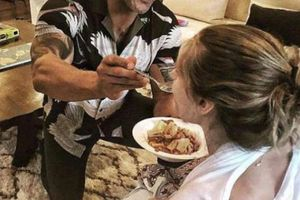 'Siêu sao cơ bắp' đút cơm cho vợ khi con đang bú