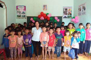 Cô gái trẻ khuyết tật mở lớp 'gieo chữ' miễn phí cho trẻ em nghèo