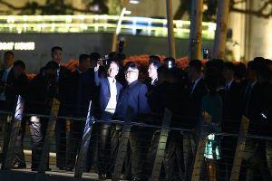 Chủ tịch Kim dạo chơi và selfie với các quan chức Singapore