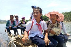 Sau phản ánh của báo Lao Động, đề xuất xây cầu cho 200 học sinh miền núi đến trường bằng bè