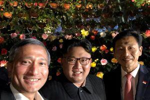 Ông Kim Jong Un đi dạo đêm, thân thiện 'selfie' với các bộ trưởng Singapore