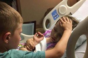 Xúc động hình ảnh cậu bé đứng bên giường an ủi em gái mắc ung thư
