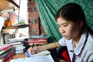 Nghị lực mùa thi: Cô bé học lớp tình thương dưới chân cầu vào đại học