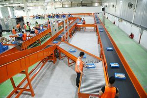 Lazada ra mắt trung tâm phân loại hàng hóa tự động bằng robot tại Hà Nội