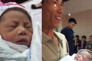 Chuyện ông bố 47 tuổi có con sau 10 năm chạy chữa: 'Đến bây giờ vẫn nghĩ là mơ'
