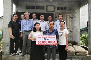 Quảng Ngãi: CLB Nhà báo nữ trao 50 triệu đồng xây nhà tình thương cho phụ nữ nghèo