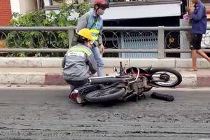 TP. HCM: Mặt cầu Kênh Tẻ đầy bùn đất, nhiều xe máy đổ ngã vì trơn trượt