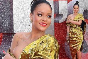 Rihanna bối rối vì váy lệch vai hở bạo 'vòng 1'