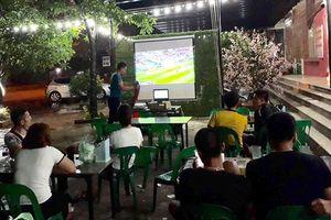 Công nhân ăn đậu phụ xem World Cup