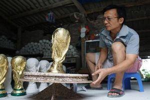 Dân mạng thích thú cúp vô địch World Cup tại Việt Nam