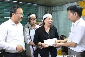 Thăm hỏi gia đình cán bộ tử nạn trong vụ lật cano trên sông Hậu
