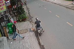 Hai thanh niên bẻ khóa trộm thùng rác chuyên nghiệp