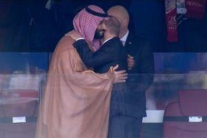 Tổng thống Nga ôm Hoàng tử Ả Rập Saudi sau chiến thắng 5-0 của đội chủ nhà