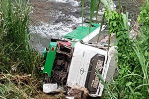 Hiện trường vụ xe khách lao xuống vực ở đèo Lò Xo, 3 người chết