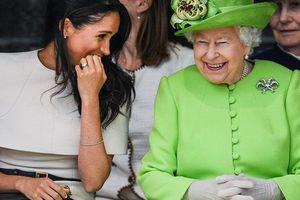 Chiếc váy xanh rực rỡ Nữ hoàng Anh đã diện khi xuất hiện cùng Công nương Meghan mang ý nghĩa rất đặc biệt