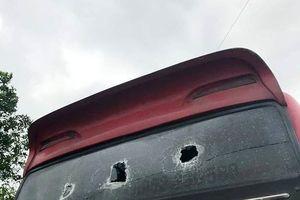Côn đồ dùng súng bắn vỡ kính xe khách, đánh đập phụ xe và nhân viên