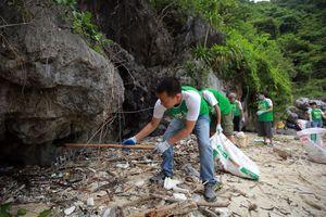 Chỉ sau một giờ đồng hồ, thu gom được hơn 700 kg rác thải tại Hạ Long